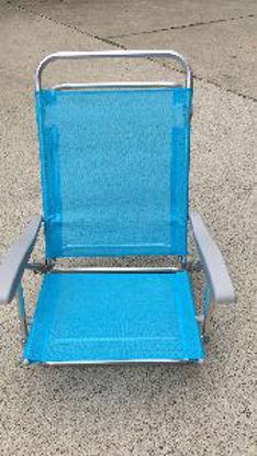 Immagine di spiaggina prendisole, struttura in alluminio con braccioli, tessuto in poliestre colore blù, dimensioni cm.68x51 h.20