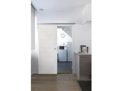 Immagine di door in box, kit porta scorrevole con guida da interno, in pvc ideale per tutti gli ambienti di casa, misure cm. l.87,4 h.211,6 spessore cm.3,5, colore legno bianco